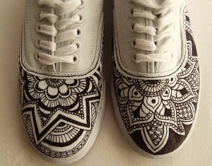 15 customisations de chaussures avec des posca ou des feutres textile. Black Bedroom Furniture Sets. Home Design Ideas