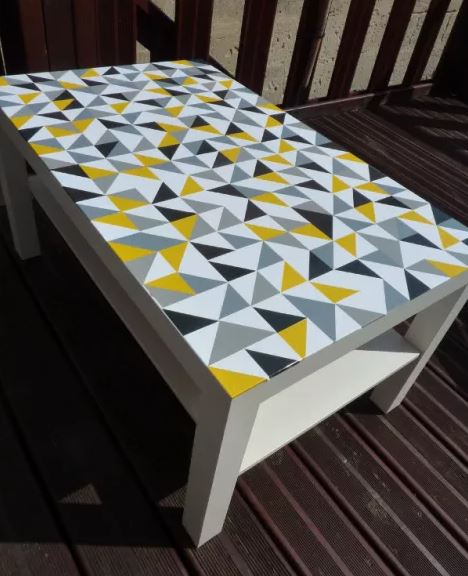 Id es diy 7 fa ons de customiser une table ikea lack for Papier autocollant exterieur